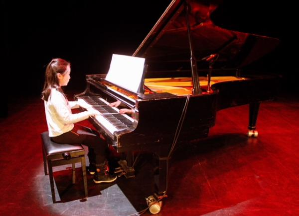 Elin Zhang 5C playing the grand piano